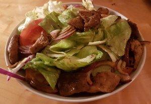 Salat mit Rindfleisch und Meeresfruechten