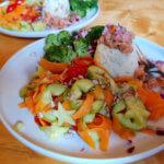 Lachstartar auf Blumenkohlreis mit Gemüse