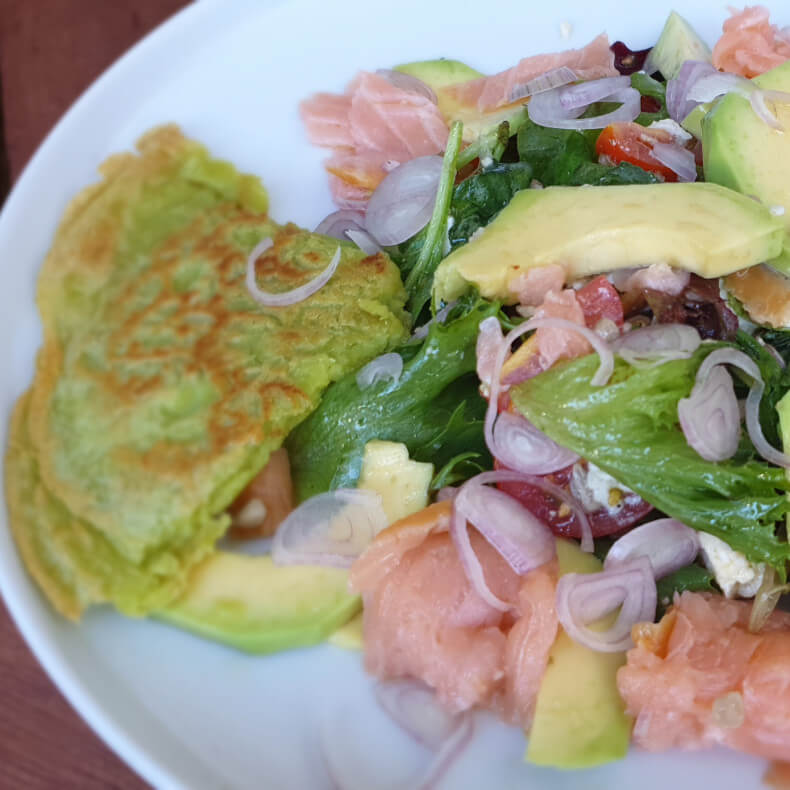 Avocado-Lachs-Salat mit Erbsenwraps