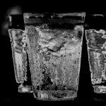 Trink gelegentlich ein Glas Eiswasser. Der Körper verbrennt Kalorien dabei, es auf Körpertemperatur zu bringen.
