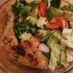 Hähnchenkeulen mit Salat